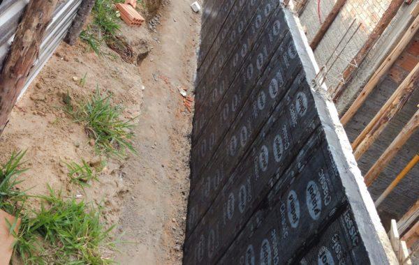 Aplicação de Manta Asfáltica 3mm em muro de arrimo